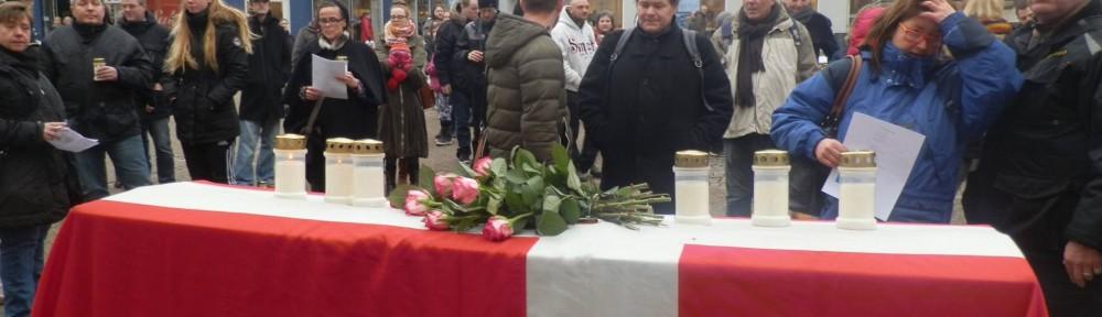 Demonstration i forbindelse med velfærdens begravelse den 8. februar 2014, hvor flere hundrede utilfredse randrusianere markerede deres utilfredshed med forringelser og nedskæringer, herunder især kontanthjælpsreform. Foto: Finn Bruno Jensen.